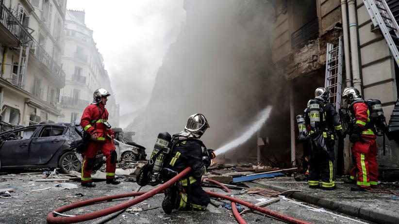 Paris: Die Feuerwehr löscht den Brand in der Bäckerei in der Rue de Trévise.