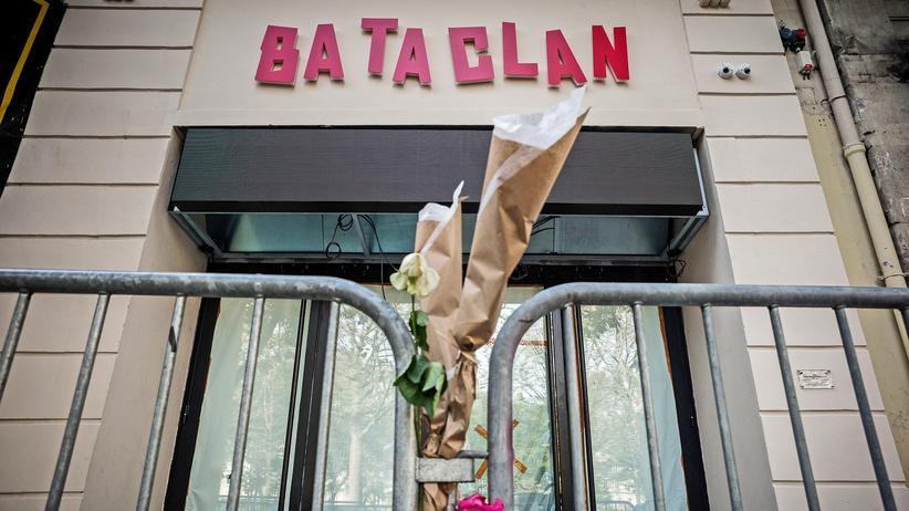 Anschläge in Paris: Blumen vor dem Bataclan, der Konzerthalle in Paris, wo 2015 130 Menschen getötet wurden.