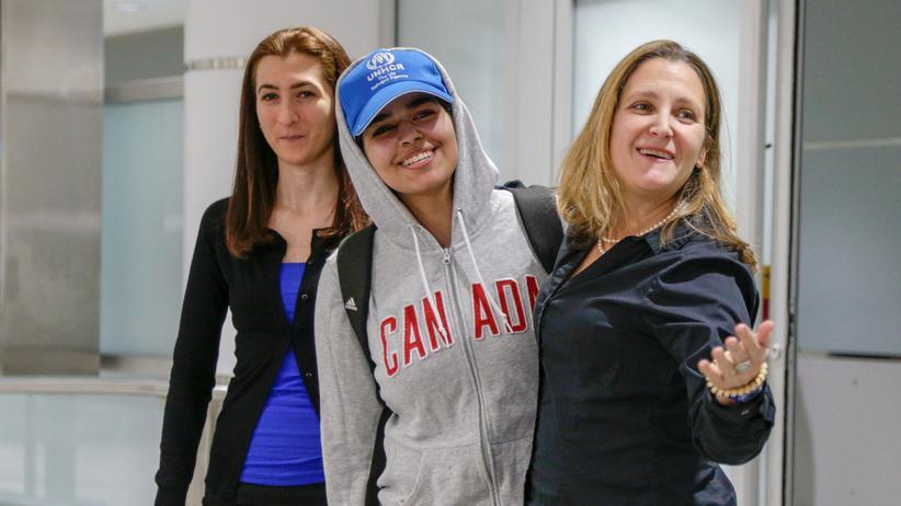 Asyl: Rahaf al-Kunun mit der kanadischen Außenministerin Chrystia Freeland am Flughafen in Toronto