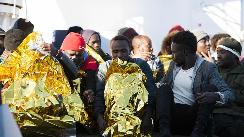 Seenotrettung: Auf dem Mittelmeer ist es nachts kalt, windig und nass. Das setze vielen zu, berichtet Sea-Eye-Einsatzleiter Jan Ribbeck.