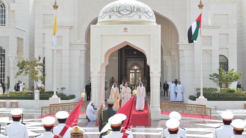 Papst Franziskus: Empfang mit militärischen Ehren in Abu Dhabi