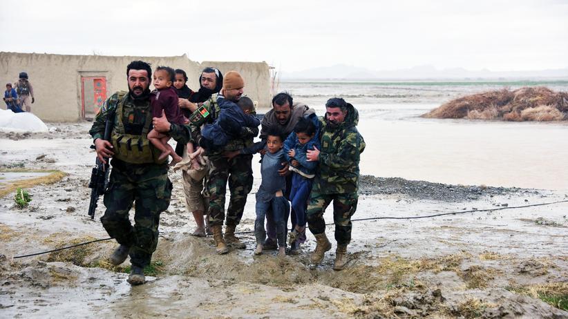 Hochwasser: In der afghanischen Provinz Kandahar wurden Kinder aus den zerstörten Häusern gerettet.