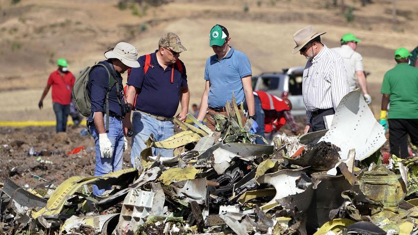 Flugzeugabsturz: Vertreter der US-Verkehrssicherheitsbehörde NTSB untersuchen Teile der abgestürzten Boeing von Ethiopian Airlines.