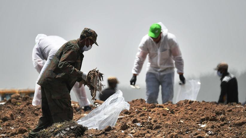 Boeing 737 Max: Forensikexperten untersuchen den Absturzort beim Dorf Hama Quntushele in Äthiopien.