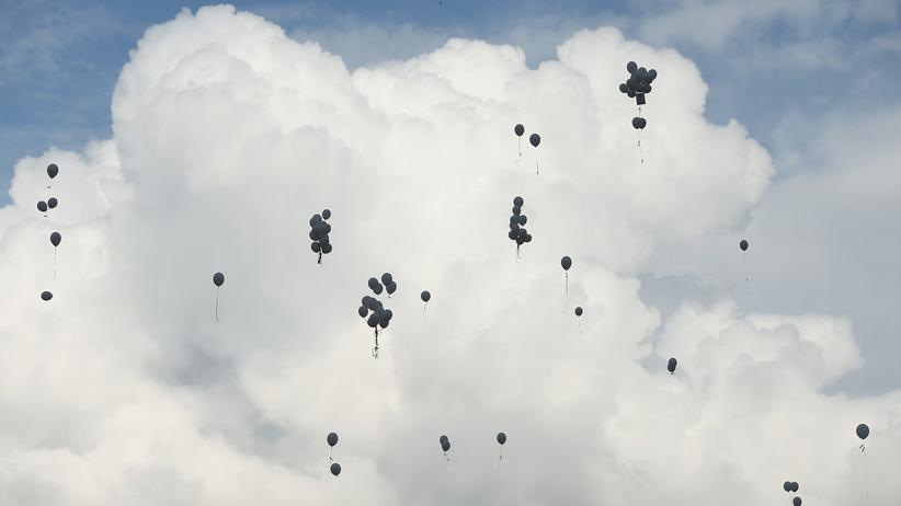 Germanwings-Absturz: Angehörige haben bei einer Gedenkzeremonie an der Absturzstelle im französischen Le Vernet Ballons steigen lassen.