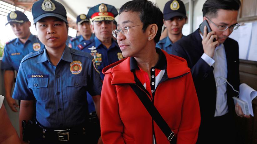 Philippinen: Die Journalistin Maria Ressa bei ihrer Freilassung auf Kaution