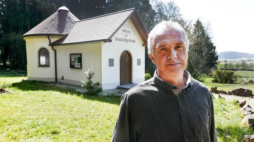 Abtreibungsgegner: Abtreibungsgegner Franz Graf steht vor seiner Kapelle im oberpfälzischen Pösing.