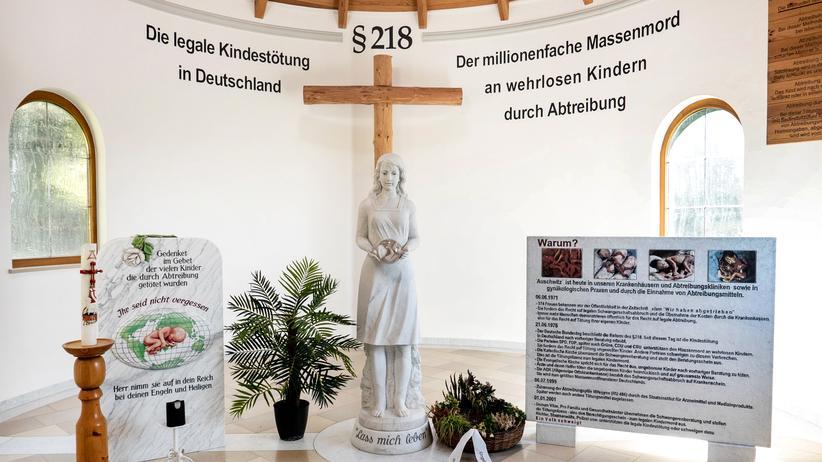 """Abtreibungsgegner: Die kleine Kapelle soll größtmögliche Wirkung entfalten. Graf prangert an den Wänden den """"millionenfachen Massenmord an wehrlosen Kindern"""" an."""