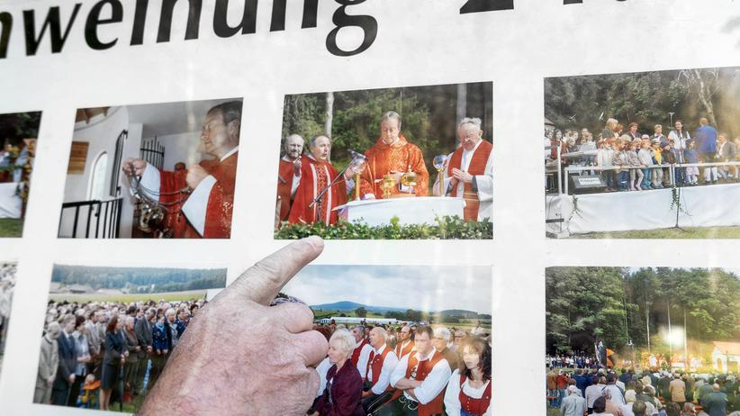 Abtreibungsgegner: Er zeigt auf den Generalvikar aus Regensburg, der seine Kirche einweihte. Franz Graf sieht sich bestätigt.