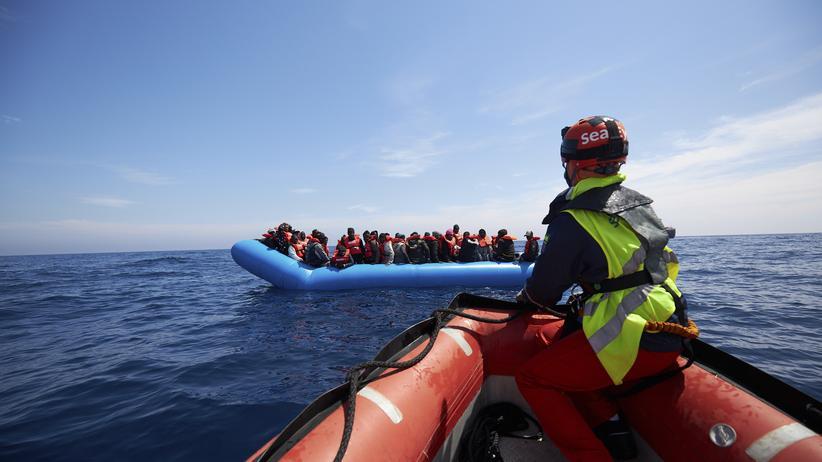 """""""Alan Kurdi"""": Im Mittelmeer nehmen Retter der Organisation Sea-Eye libysche Flüchtlinge auf."""