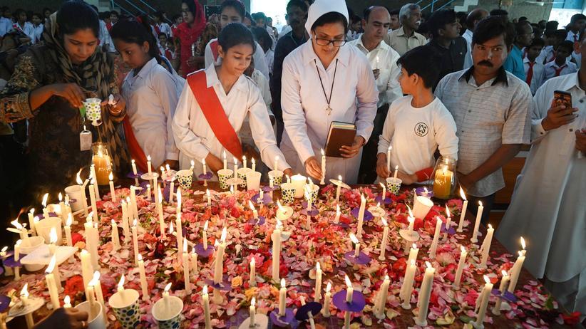 Sri Lanka: Eine pakistanische Nonne und andere Menschen nehmen an einem Gedenkgottesdienst für die Anschlagsopfer vom Ostersonntag teil.