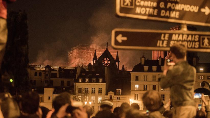 Frankreich: Die Menschen in Paris verfolgen die Löscharbeiten an Notre-Dame.