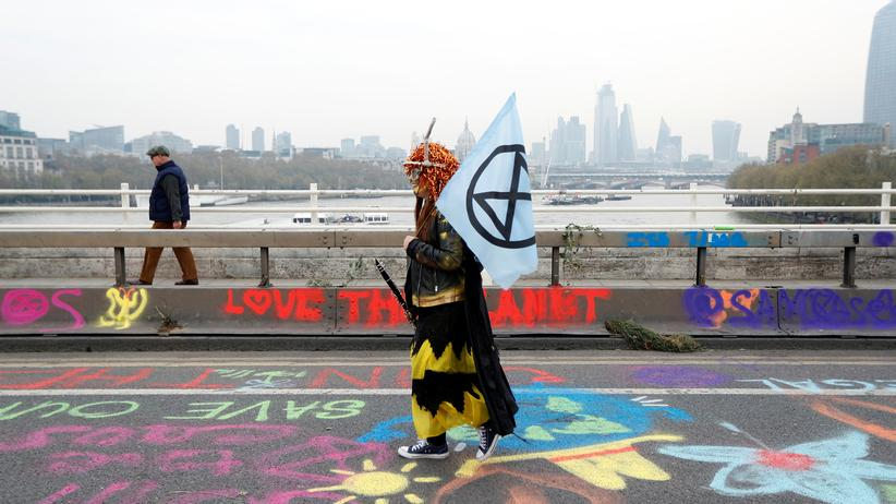 Extinction Rebellion: Ein Aktivist läuft während des Klimaprotestes am 16. April in London über die Waterloo-Brücke.