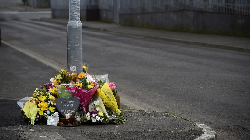 Nordirland: Blumen liegen an der Stelle, wo Lyra Mckee ermordet wurde.