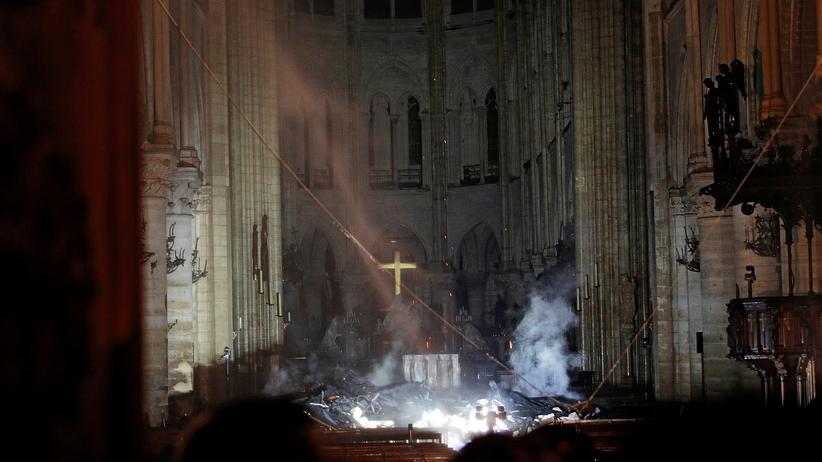 Paris: Der Rauch verzieht sich langsam: der Altar mit einem Kreuz darauf im Inneren von Notre-Dame.