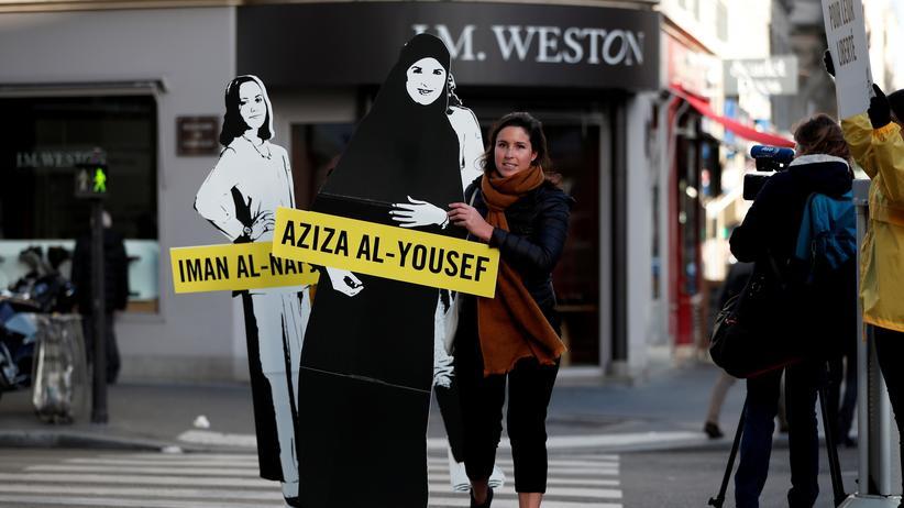 Saudi-Arabien: Mitglieder von Amnesty International protestierten am Internationalen Frauentag für die Freilassung der saudi-arabischen Feministinnen Loujain al-Hathloul, Eman al-Nafjan und Aziza al-Yousef vor der saudi-arabischen Botschaft in Paris.