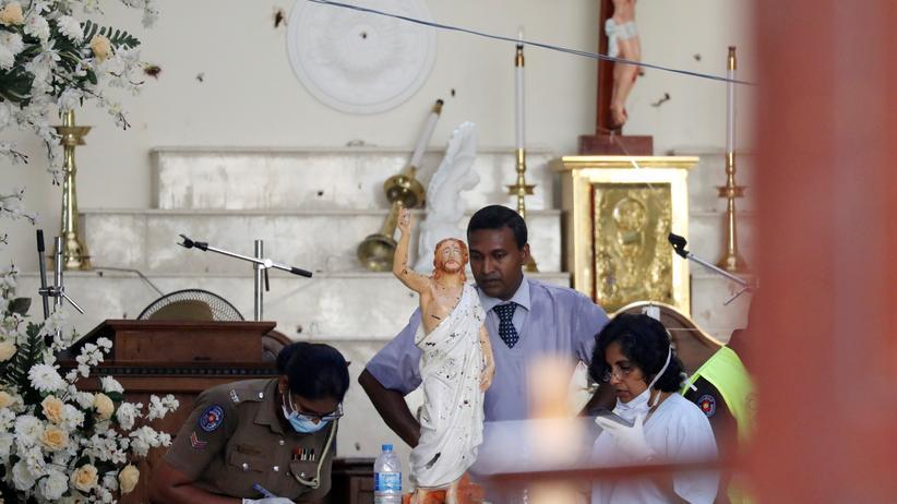 Terror in Sri Lanka: Polizisten sichern nach den Anschlägen in der Kirche St. Sebastian Spuren.