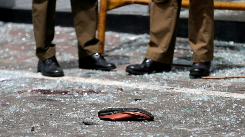 Sri Lanka: Ein Schuh liegt vor einer der getroffenen Kirchen in Colombo.