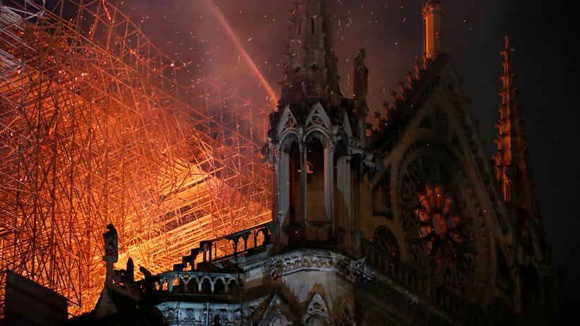 Notre-Dame: Flammen, Rauch und Türme: Für einen Algorithmus ist der Unterschied zwischen einem Kirchenbrand und den Terroranschlägen vom 11. Septmber offenbar nicht simpel.