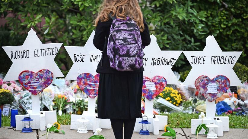 Studie: Eine Frau steht vor einem Denkmal vor der Tree-of-Life-Synagoge, nachdem am 11. Oktober elf Menschen im Stadtteil Squirrel Hill in Pittsburgh erschossen wurden.
