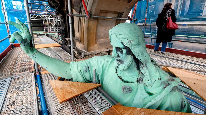 Christentum: Eine Christusstatue am Berliner Dom während der dortigen Restaurierungsarbeiten