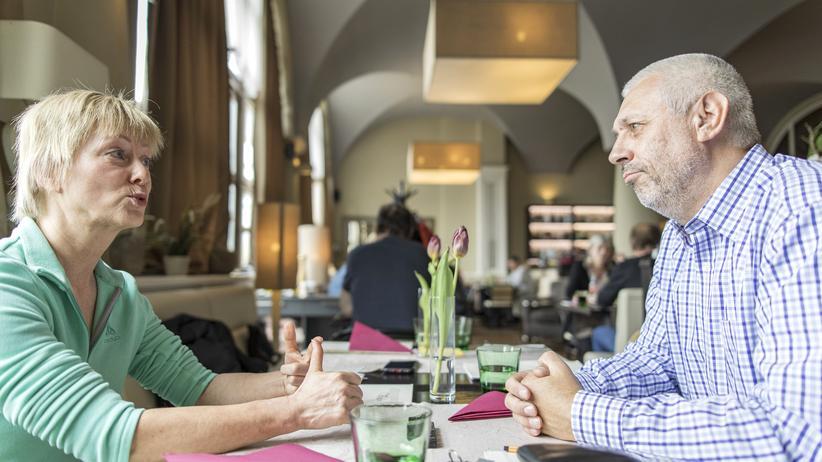 """Tschechien: Treffen sich hier zwei Gegensätze? Iris Gutmann aus Sebnitz und Vladimir Hepner aus Prag führten ihr """"Europe Talks""""-Gespräch nahe der deutsch-tschechischen Grenze."""