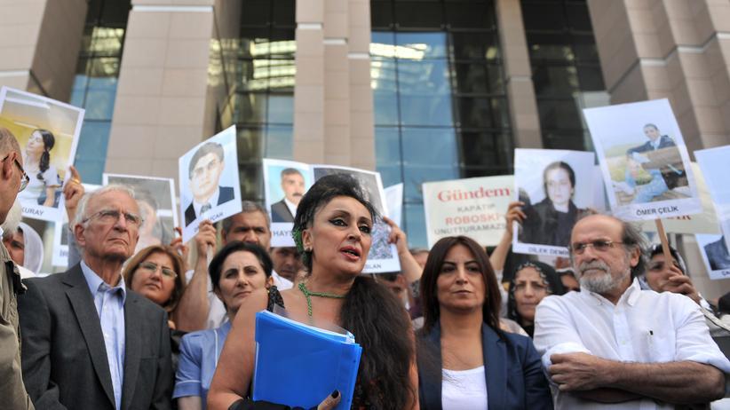 Türkei: Eine Kundgebung für inhaftierte Journalistinnen und Journalisten in Istanbul, an der sich auch der nun verurteilte Eren Keskin beteiligt hatte. Kurdische Frauen unterstützten die Aktion. (Archivaufnahme aus dem Jahr 2012)