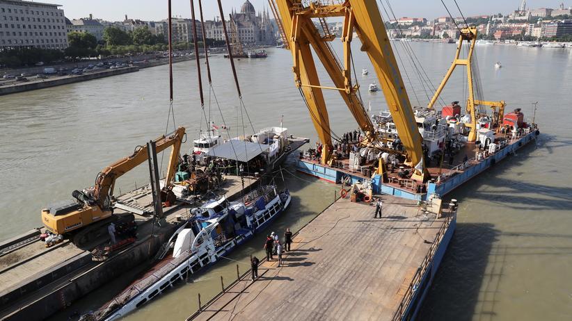 Budapest: Ausflugsschiff aus der Donau geborgen