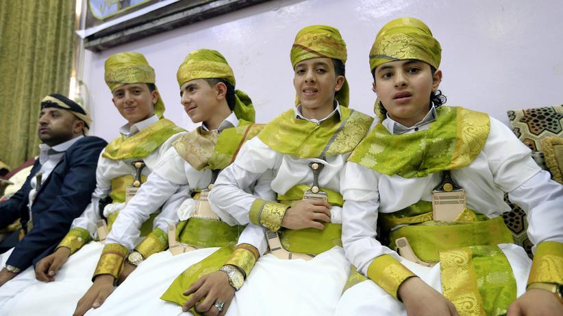 Kinderehen: In Sanaa nehmen sieben Jungen, die zwischen 14 und 17 Jahre alt sind, an ihrer Hochzeit teil.