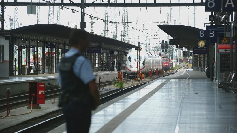 Hauptbahnhof Frankfurt: Ein Polizist am Bahnsteig in Frankfurt am Main