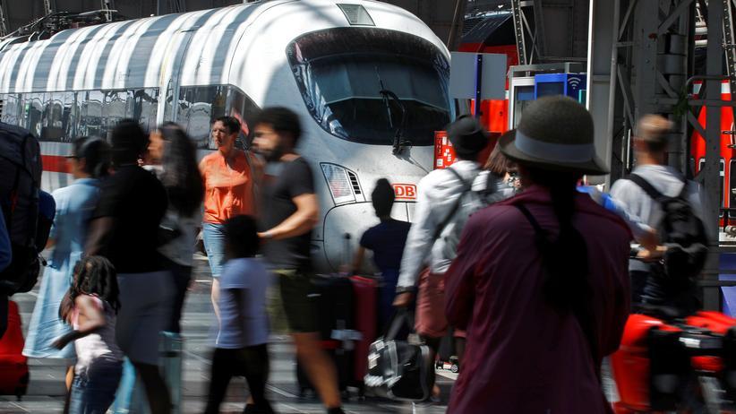 Hauptbahnhof Frankfurt: Ein ICE fährt am Frankfurter Hauptbahnhof, dem Ort der Tat, ein.