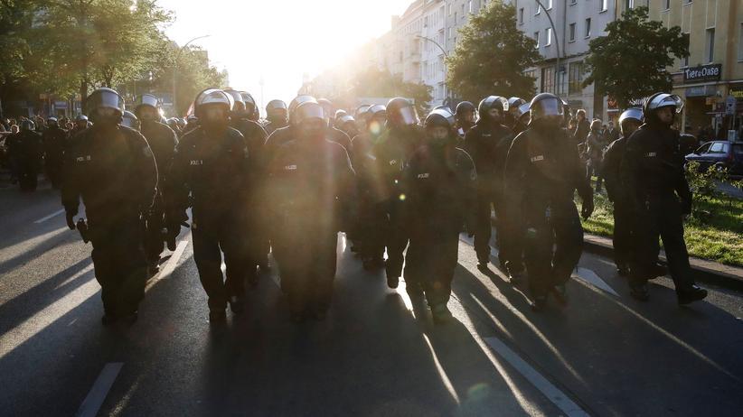 Polizeigewalt: Einsatzkräfte der Polizei sichern eine Demonstration am 1. Mai in Berlin.
