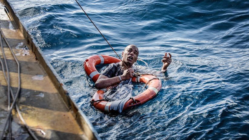 """Sea-Watch: Ein Mann wird von der """"Sea-Watch 3"""" aus dem Mittelmeer vor Malta gerettet. (Archivaufnahme vom 4. Januar 2019) Sea-Watch"""
