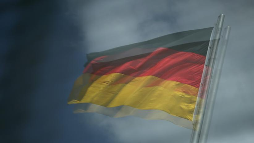 Friedrich-Ebert-Stiftung: Zwei Symbole deutscher Demokratie: die Glasscheiben der Reichstagskuppel und die deutsche Nationalflagge.