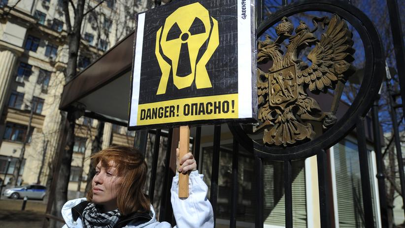 Militärtest: Eine Greenpeace-Aktivistin protestiert vor der Rosatom-Zentrale in Moskau.