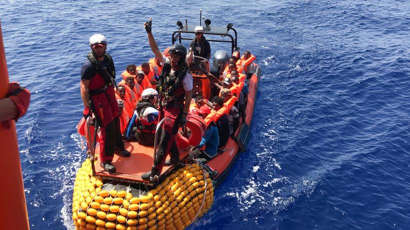 """Open Arms: Rettungsaktion der """"Ocean Viking"""": Zuletzt hatte das Schiff am Sonntag weitere 81 Menschen von einem seeuntüchtigen Schlauchboot an Bord genommen."""