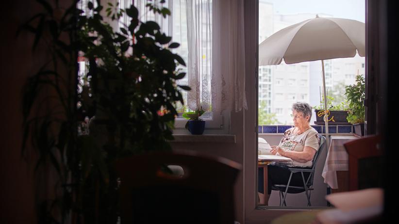 DDR: Angelika Hampel auf ihrem Balkon: Draußen hat sich vieles verändert, aber ihre Wohnung ist für sie eine Insel geblieben.
