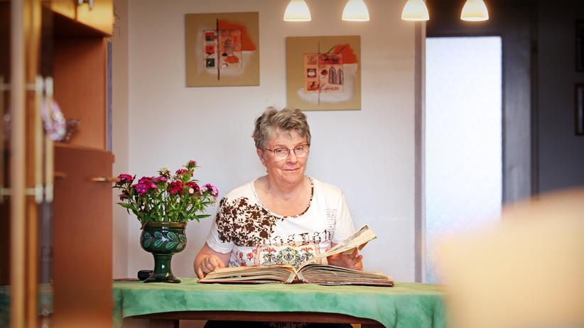 DDR: Angelika Hampel in ihrer Wohnung: Von den Glücksgefühlen beim Einzug ist wenig geblieben.