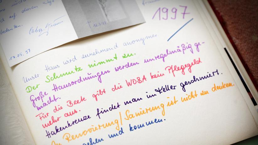 DDR: Angelika Hampel führt Buch: Unser Haus wird zunehmend anonymer. Eintrag aus dem Jahr 1997.