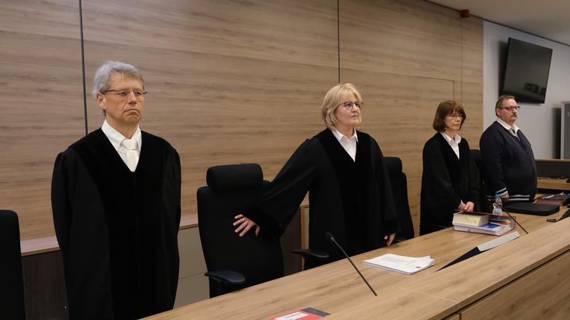 Tödliche Messerattacke: Die Vorsitzende Richterin des Chemnitzer Landgerichts, Simone Herberger (Mitte). Der gesamte Prozess war aus  Sicherheitsgründen nach Dresden verlegt worden.