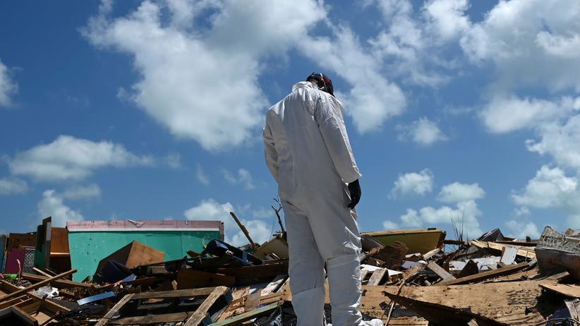 Hurrikan Dorian: Ein Helfer des Bergungsteams auf den Bahamas bei einer Suchaktion