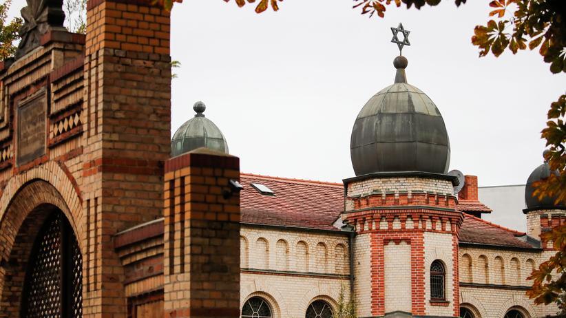 Antisemitismus: Die Synagoge in Halle an der Saale: Mehrere Politikerinnen und Politiker fordern einen besseren Schutz für jüdische Einrichtungen.