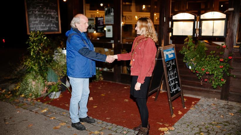 """""""Deutschland spricht"""" 2019: Der erste Kompromiss: Kai Puhlmann und Ivana Paust treffen sich in einem Biergarten zwischen ihren Wohnvierteln."""