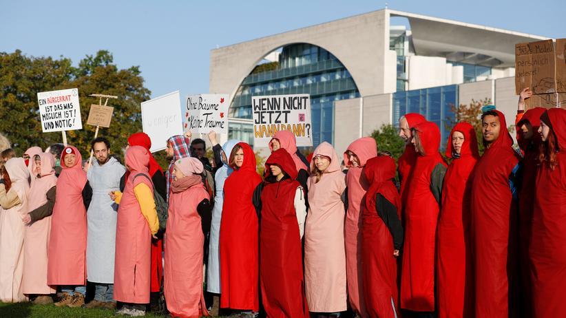 Anhängerinnen und Anhänger der Protestbewegung Extinction Rebellion demonstrieren vor dem Bundeskanzleramt.