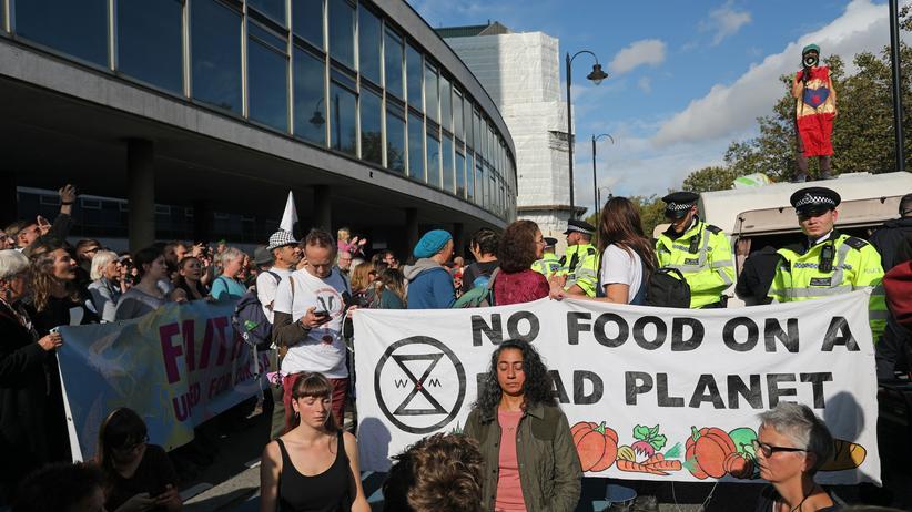 Klimaprotest: Aktivisten von Extinction Rebellion beim Blockieren einer Straße in London.