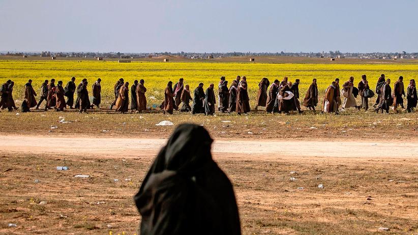 """""""Islamischer Staat"""": Mutmaßliche IS-Kämpfer auf dem Weg zur Vernehmung Anfang März im Osten von Syrien. Die Türkei droht damit, deutschstämmige Anhängerinnen und Anhänger der Terrormiliz zurück in ihre Heimat zu schicken."""