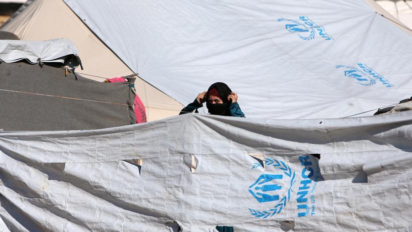 """""""Islamischer Staat"""": Eine Frau im Al-Hol-Camp. Um die sechzig Frauen mit deutscher Staatsangehörigkeit mit über hundert Kindern sollen in syrischen Flüchtlingslagern leben."""