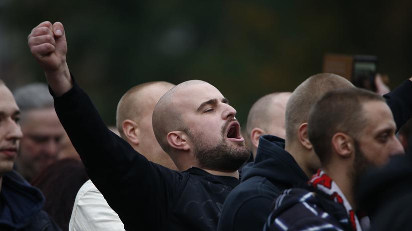 Landgericht Frankfurt: Rechte Hooligans bei einer Demonstration in Köln (Archivaufnahme aus dem Jahr 2015)