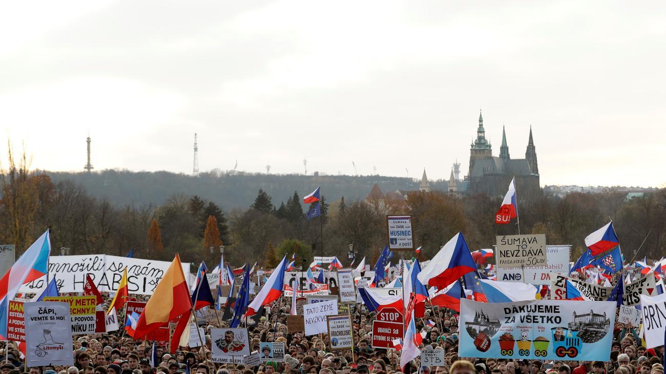 Prag: Hunderttausende demonstrieren gegen Ministerpräsident Andrej Babiš - ZEIT ONLINE image