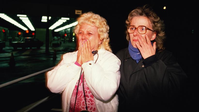 Fall der Berliner Mauer: Die beiden Frauen kamen am 9. November über Checkpoint Charly von Ostdeutschland in den Westen.